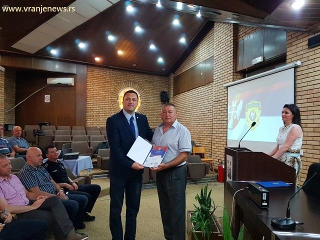 Uručenje zahvalnica i fotografisanje za uspomenu. Foto VranjeNews