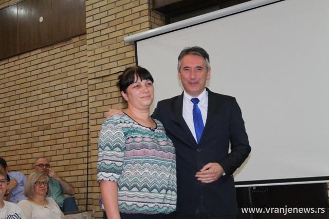 Nagradu za Valentinu Rašić, đaka generacije OŠ Predrag Devedžić u Vranjskoj Banji, primila je njena majka. Foto VranjeNews