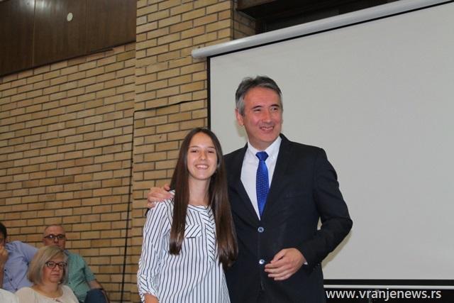 Jovana Stojiljković, đak generacije OŠ 20. oktobar u Vlasu. Foto VranjeNews