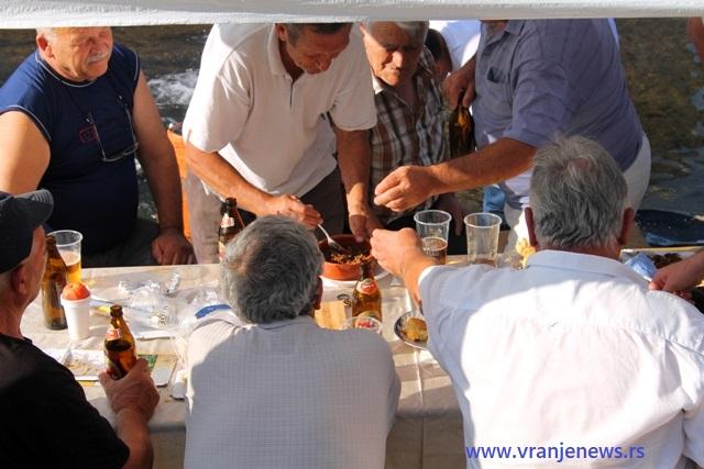 Dok se jelo priprema, valja se povremeno probati. Foto VranjeNews
