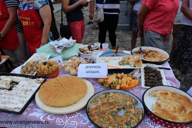 Sa ovog stola došla je pobednička samsa. Foto VranjeNews
