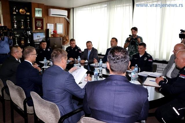 Stefanović u razgovoru sa vrhom PU Vranje. Foto VranjeNews