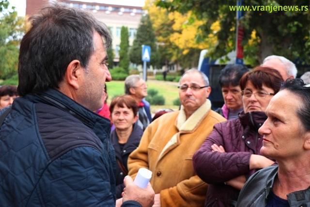 Gde su naše pare: radnici Koštane ispred sedišta SNS-a u Vranju. Foto VranjeNews