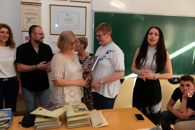 Bogdan prima nagradu za đaka generacije u OŠ Svetozar Marković. Foto lična arhiva