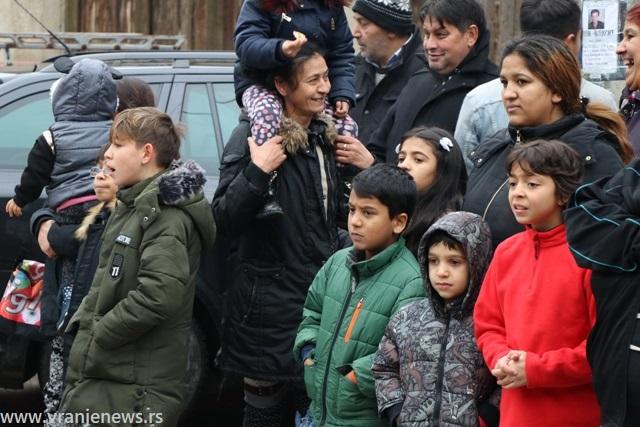 Svečanost na Vasilicu: Romi iz Gornje čaršije strpljivo čekali podelu paketića. Foto VranjeNews