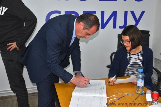 Notari overavaju potpis lidera GrO SNS Slaviše Bulatovića. Foto Vranje News