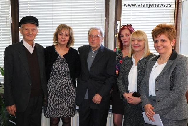 Radisav Stanojević (u sredini) sa nekadašnjim kolegama. Foto Vranje News