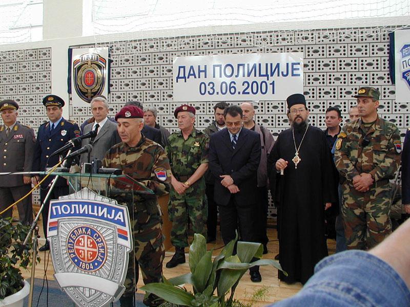Sa Nebojšom Čovićem na obeležavanju Dana policije 2001. u Vranju. Foto lična arhiva