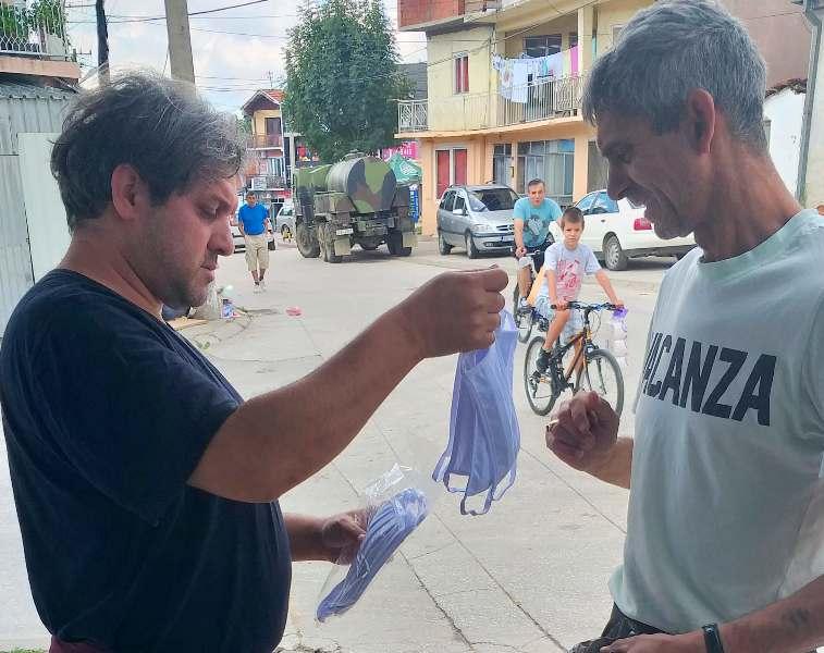 Podela maski pripadnicima romske nacionalne manjine. Foto lična arhiva