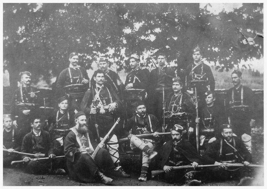 Krsta Kovačević (stoji u sredini) sa svojom četom 1905. godine. Foto wikiwand.com