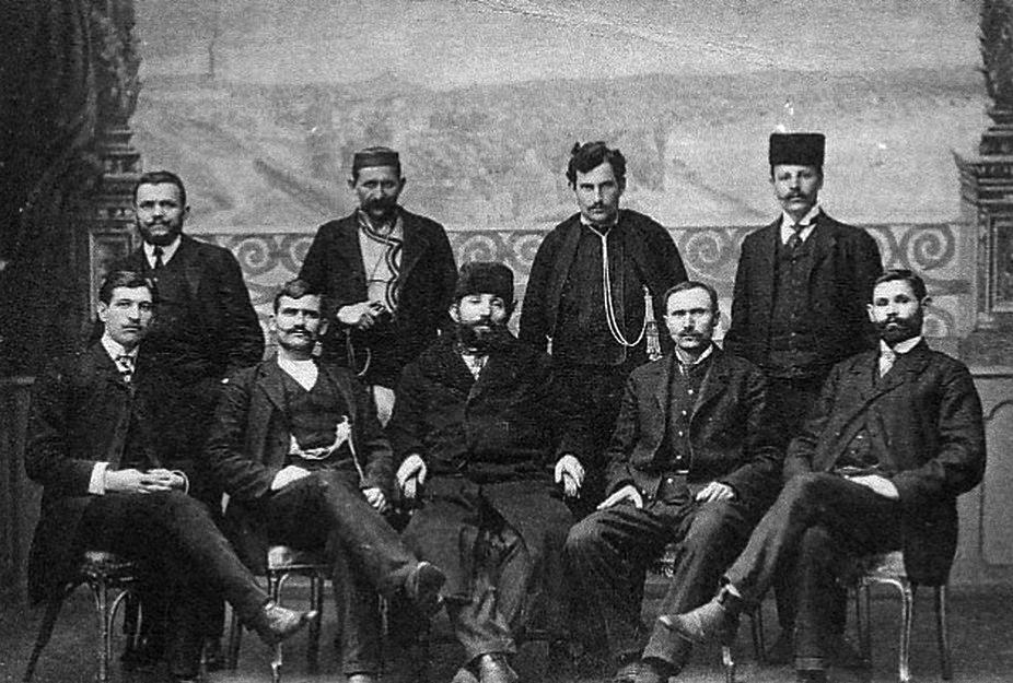 Grupni portret srpskih vojvoda (1908): Krsta Kovačević stoji treći s leva. Foto wikiwand.com