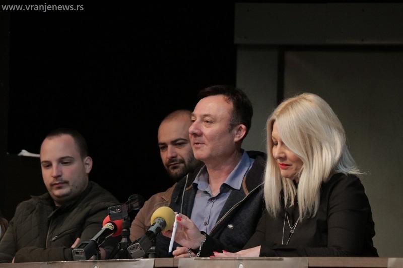 Aritonović je opet otvorio večitu dilemu, dajući pravo ženi da odluči hoće li ili neće produžiti lozu: reditelj Dragan Živković Durge na knferenciji za medije. Foto Vranje News