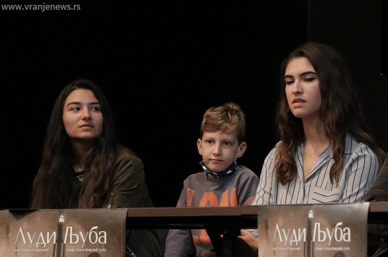 U predstavi igra i Aritonovićeva unuka Anđela (na slici desno). Foto Vranje News
