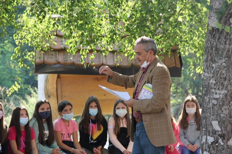Pesnik Žikica Dimitrijević sa prvacima. Foto Vranje News