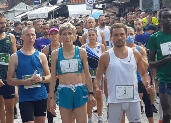 Saša Ćuković u društvu proslavljene maratonke Olivere Jevtić n apolumaratonu u Sarajevu. Foto AK Vanjski maratonci