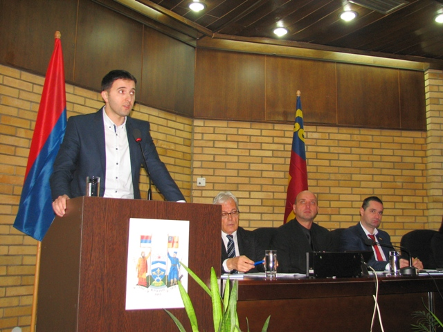 Većnik Bojan Kostić za skupštinskom govornicom. Foto VranjeNews
