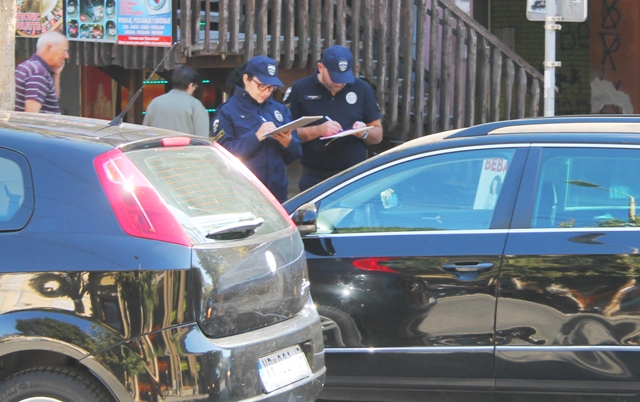 Komunalni policajci u akciji kontrole nepropisanog parkiranja. Foto VranjeNews