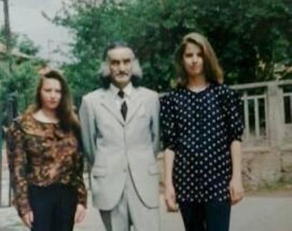 Učitelj Krampus sa svojim učenicama osamdesetih godina u dvorištu OŠ Dositej Obradović. Foto FB grupa
