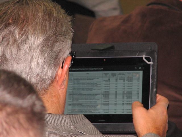 Odbornik SPS-a Miroljub Stojčić proučava stavke budžeta. Foto VranjeNews