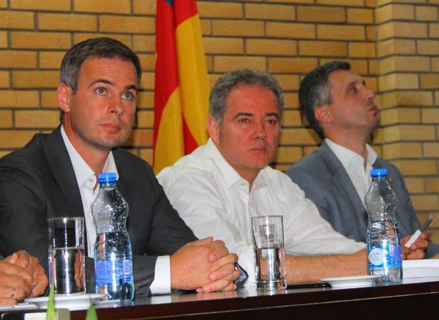 Miroslav Aleksić sa liderima DS Zoranom Lutovcem i Dveri Boškom Obradovićem na tribini u Vranju. Foto VranjeNews