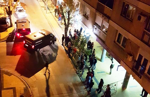 Veliki broj mladih ljudi zainteresovano gledao hapšenje. Foto VranjeNews