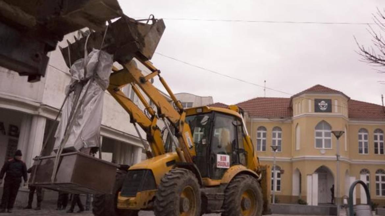 Uklanjanje spomenika u Preševu. Foto Al Jazeera