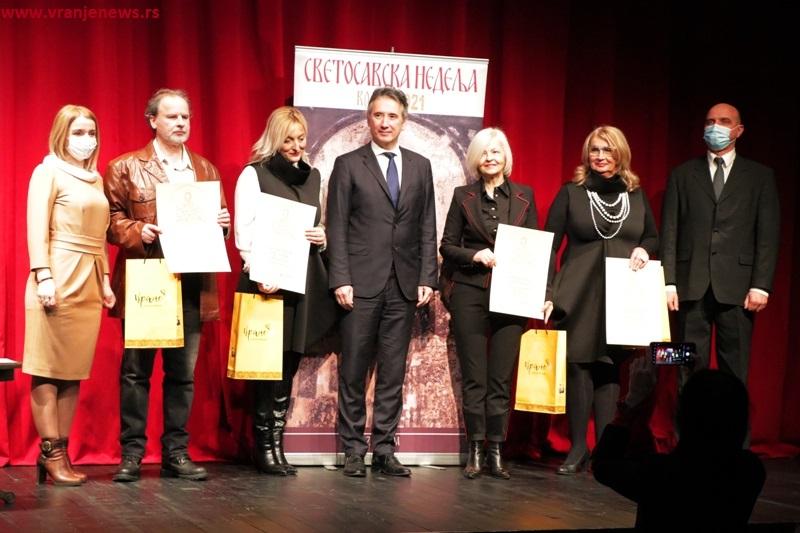 Dejanović na uručenju Svetosavskih priznanja sa predstavnicima nagrađenih obrazovnih institucija i ljudima iz rukovodstva grada. Foto Vranje News
