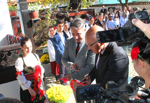 Presecanje vrpce. Foto VranjeNews