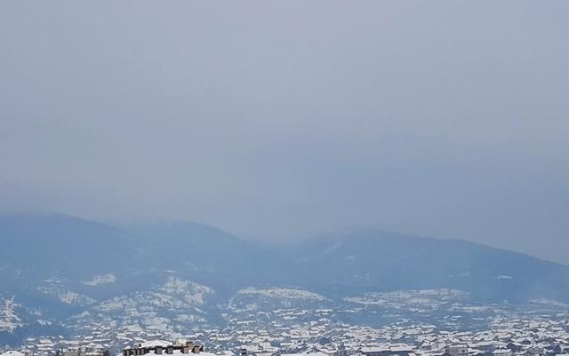 Smog nad Vranjem u zimskim mesecima dolazi uglavnom iz ložišta i dimnjaka. Foto VranjeNews