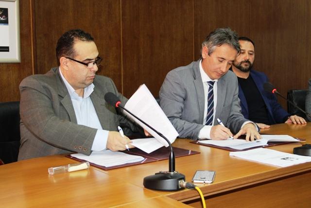 Ugovor potpisali gradonačelnik i direktor ZC. Foto VranjeNews